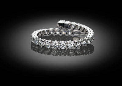 The classic amongst bracelets, the white golden tennis bracelet. Only here with an exquisite line of 0.70ct brilliants.