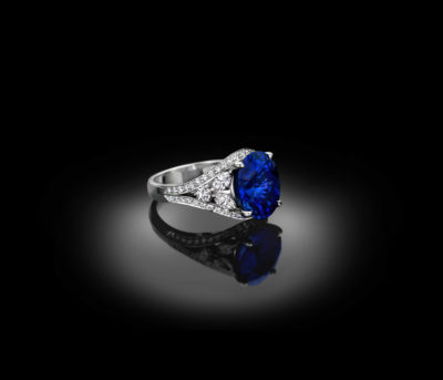 Exclusive solitaire ring, boasting a sparkling 7ct oval sapphire.